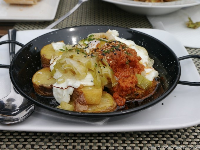 Huevos Pota Blava con puerros confitados y romesco. Excelentes.