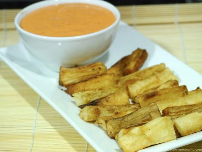 Yuca frita con salsa picante