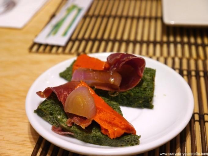 Sushi catalán como aperitivo, con pastel de espinaca, gelatina de pimiento, cebolla y jamón deshidratado