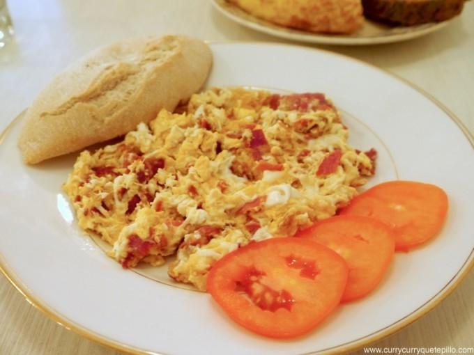 Revuelto de huevos con jamón