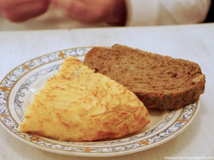 Tortilla de patatas con pan de centeno y semillas