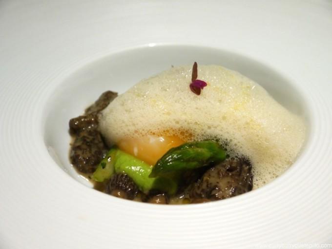 Colmenillas, espárragos, aire de foie gras y huevo a 64 grados