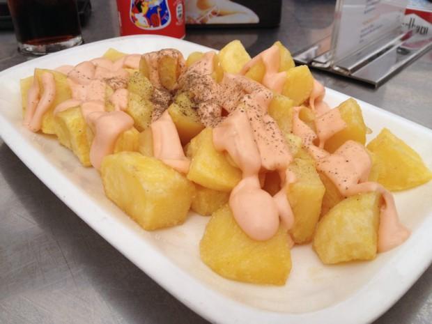 Patatas bravas, con salsa y pimienta