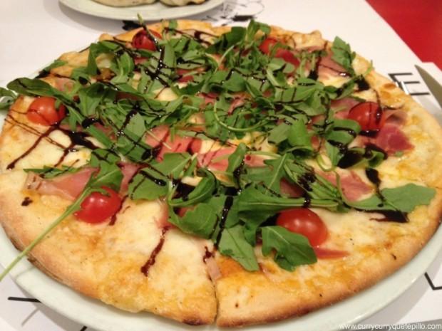 Pizza de rúcula y jamón