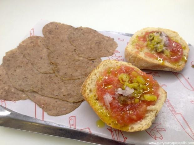 Butifarra trufada con pan con tomate.