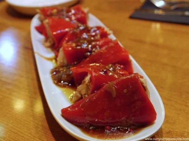 Piquillos rellenos de ventresca de atún con vinagreta de tomate.