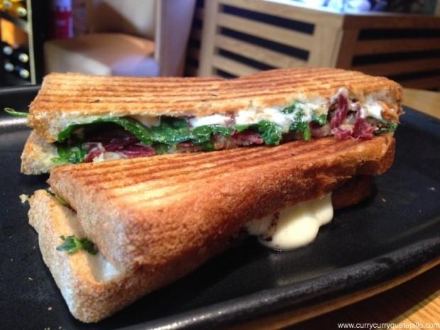 Sandwich de jamón ibérico con rúcula, mozzarela y olivada.