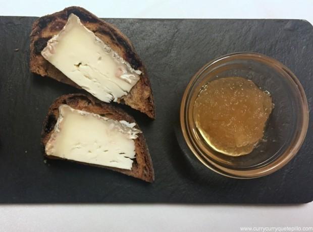 Queso de oveja artesano delnpirineo catalán con mermelada de manzana y miel con pan de nueces (Somodó)