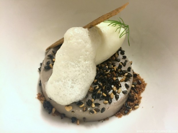 Bavaroise de sésamo con sorbete de yogur y crujiente de oliva negra y espuma de Hinojo