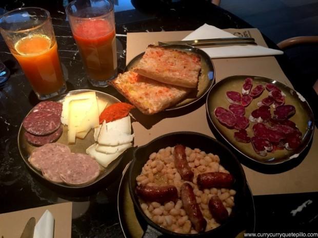 Desayuno completo en Yurbban.