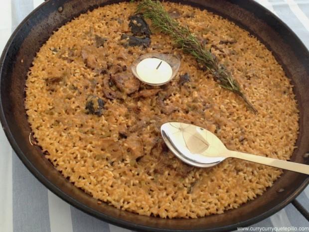 El arroz Sarandonga, con bacalao y setas. De capa fina y grano impregnado de sabor a bacalao.