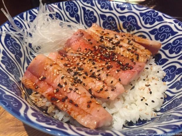 Plato de arroz con anguila ahumada . Nakashita.