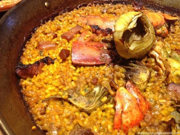 Paella de guiri, con alcachofa, bogavante y chorizo de Paella Bar Boqueria.