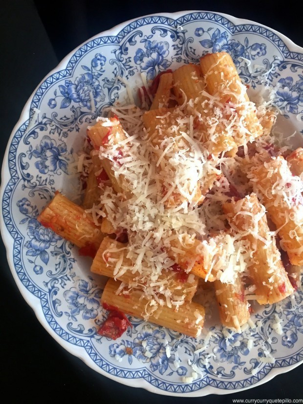 Rigatoni con tomate y queso