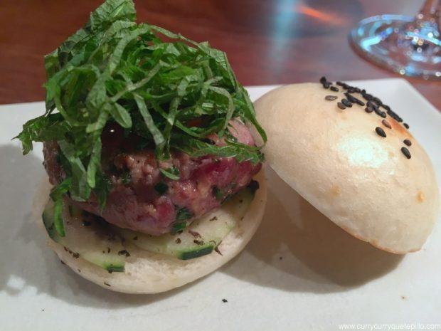 Mini burger japonesa con carne de buey y shiso verde. Dos Palillos.