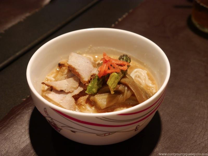 Fideos Sômen con berenjena escalibada en salsa fría de sésamo, el plato que menos gustó quizás por el frío del mismo.